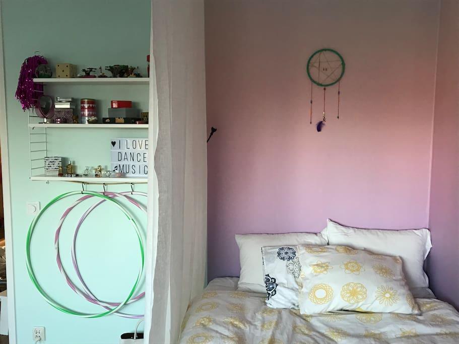 Sovrum med 120 cm säng