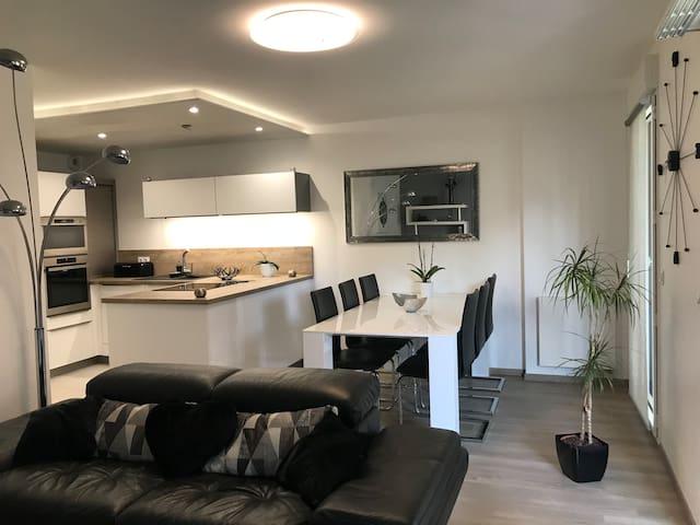 Appartement neuf proximité à pied port et plages