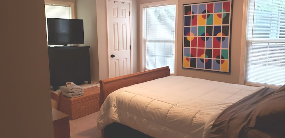 Lovely full bed in heart of CoMO...walk downtown!