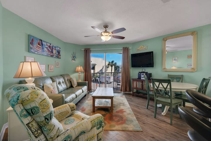 2nd Floor Airy condo, Steps to the gulf, Quick drive to entertainment