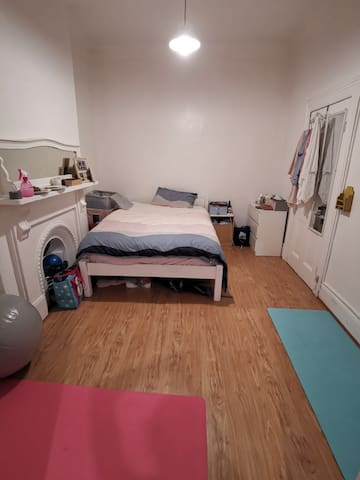 A cozy,  comforty and cheap studio in Kings Cross