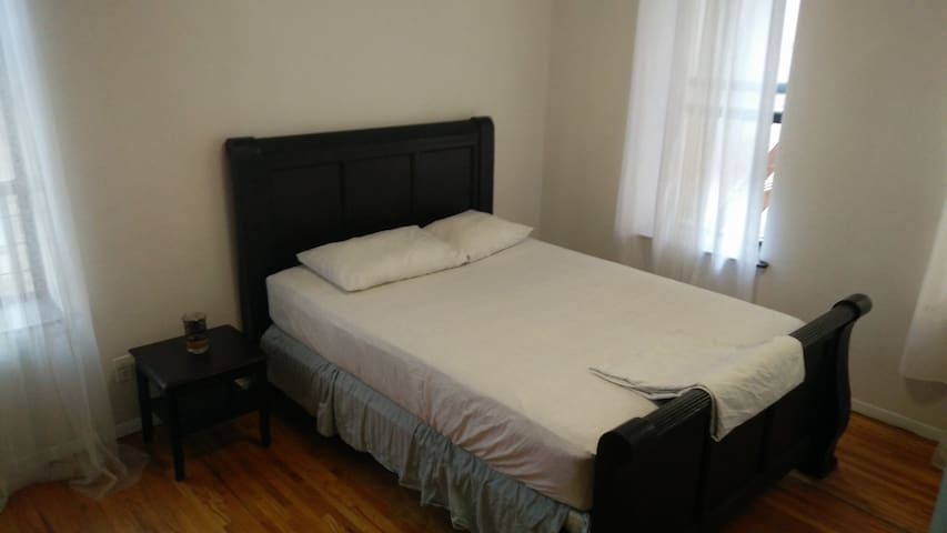 Manhatta 1bd apt, 2 beds: 2 streets to subway/shop