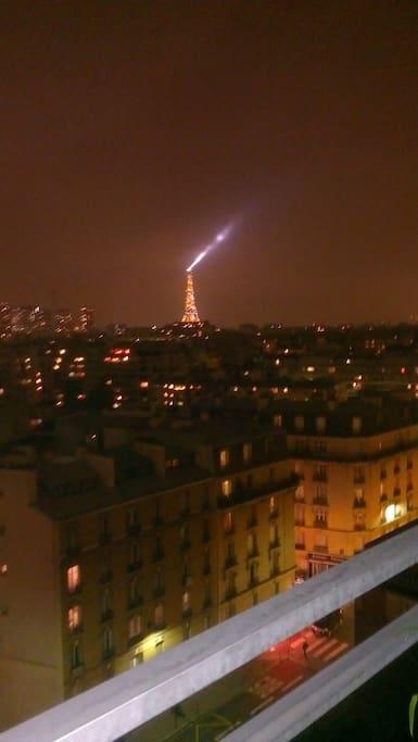 La Tour Eiffel de nuit du balcon