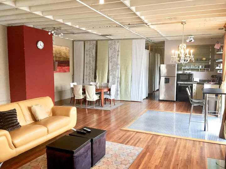 Open, airy large loft in center of Downtown