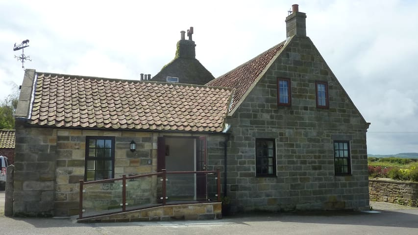 Farm Stay Cottage with Stunning Views of Whitby - North Yorkshire - House