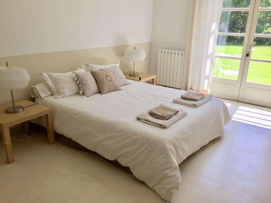 suite chambre d 39 h te mas proche uzes 4km piscine g tes louer montaren et saint m diers. Black Bedroom Furniture Sets. Home Design Ideas