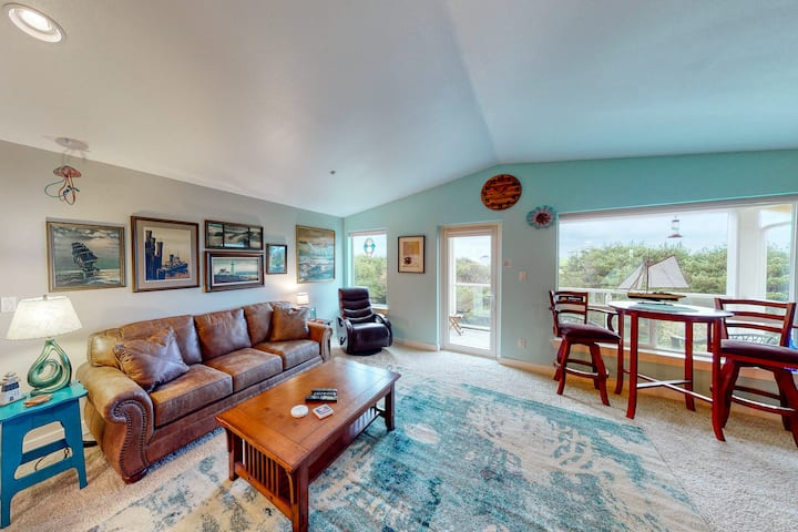 Oceanfront condo w/ fireplace, ocean view, deck & laundry - 2 dogs welcome!