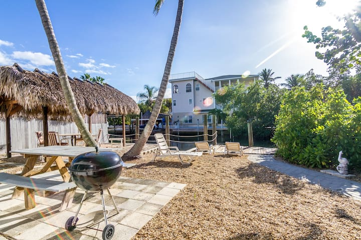 SUNSET WATERFRONT APARTMENT IN THE HEART OF FMB!
