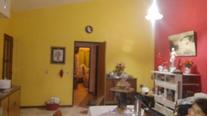 Cocina, comedor al fondo por el pasillo a mano derecha baño a mano izquierda dormitorio y puerta que ve al final otro dormitorio