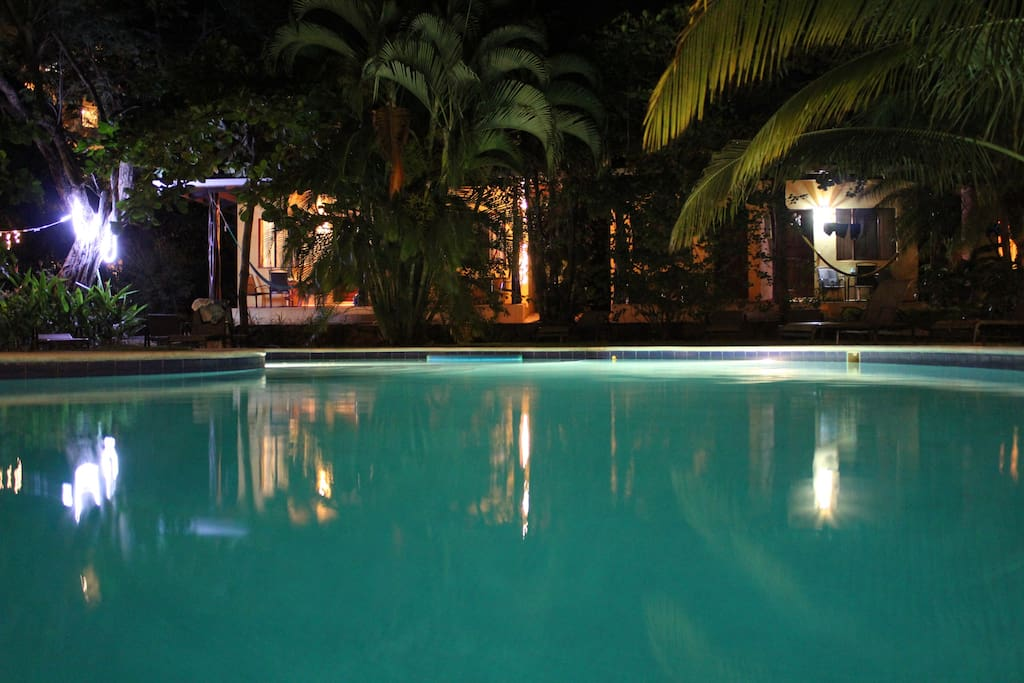 Los apartamentos estan enfrente de la piscina