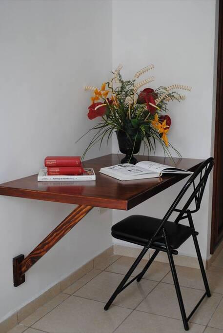 Escritorio y silla para estudiar o afinar trabajos, recuerda contamos con WIFI