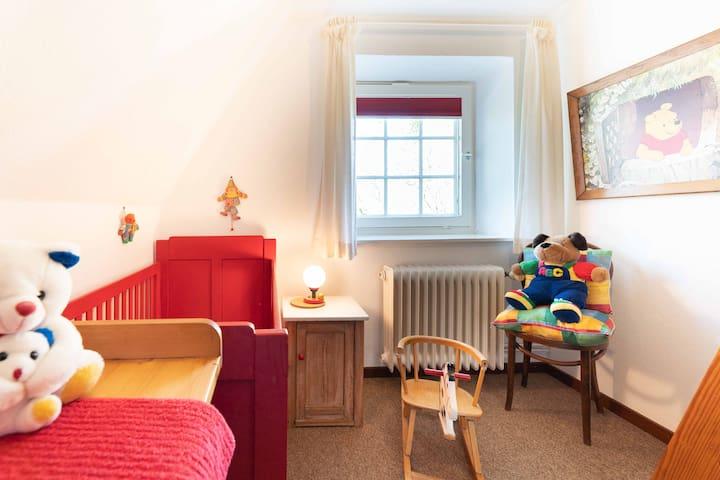 Babyzimmer gegenüber vom großen Schlafzimmer. Extra Beistellbett vorhanden.