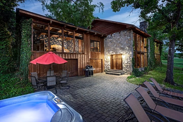 PRIVATE - Lakefront Cabin-HOT TUB-Pool Table~WIFI~Amazing VIEW~Close to Branson!