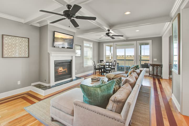 Newly decorated marsh view home w/ multiple decks & shared dock close to beach!