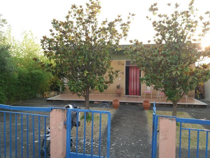 Το σπίτι βρίσκεται στο κέντρο του χωριού!