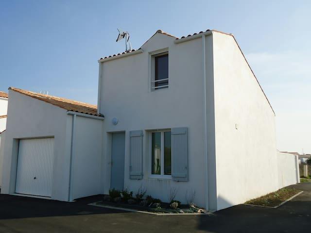 Maison avec garage et parking extérieur