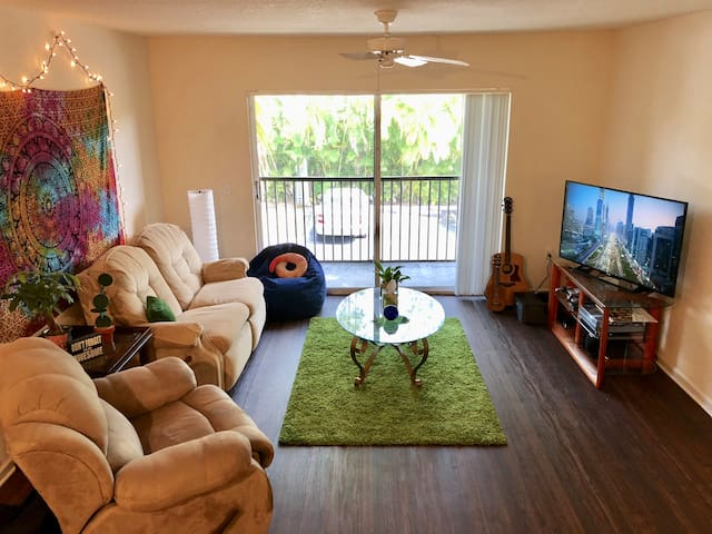 Cozy, private room with pool/gym, close to FLL