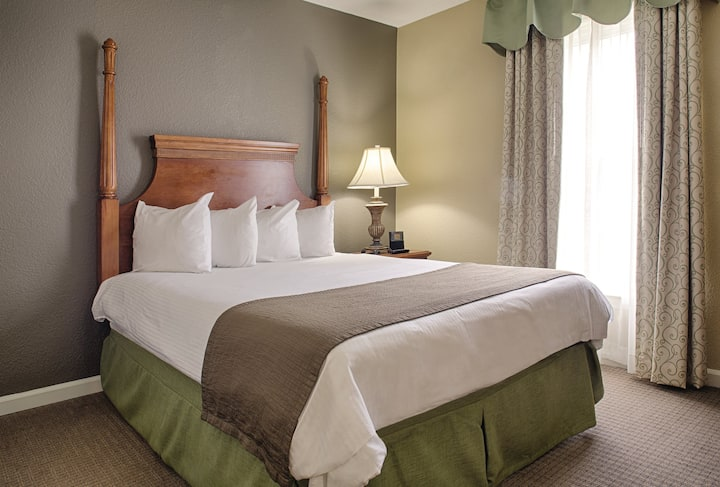 STAY WITH US at Wyndham Kingsgate Resort! Just 2 Miles from Historical Colonial Williamsburg or Sit pool side and enjoy our many amenities!