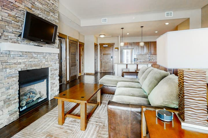Beautiful plush condo next to Wildhorse gondola w/shared hot tubs, pool, & more
