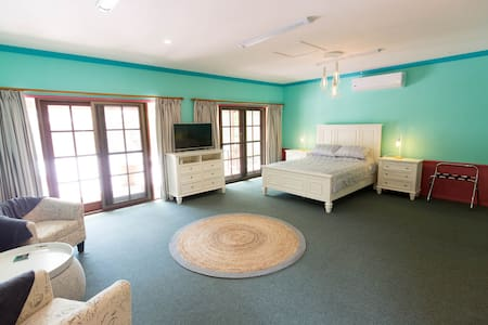 The Cottage ideal for a group or family up to 6 - Mudgeeraba - Bed & Breakfast