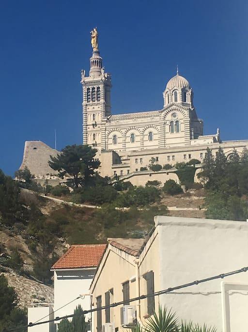 Vue de l'appartement sur Notre dame de la Garde, symbole de Marseille.