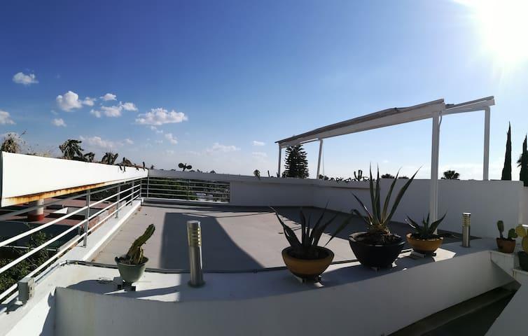 Hermosa blanca casa con terraza (TEC area)