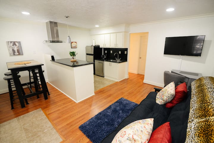 CITY LIVING ;  MODERN -  WALKABILITY - Sleeps 4