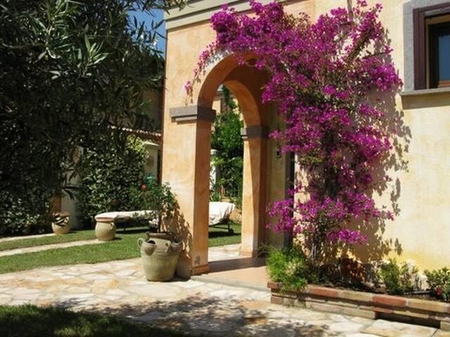 Villetta bifamiliare con giardino vicino al centro - Villasimius - Casa