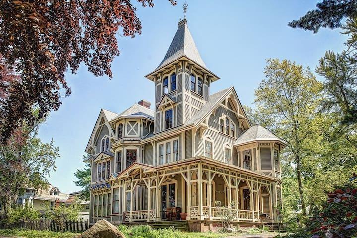 Victorian mansion in Fair Haven Heights