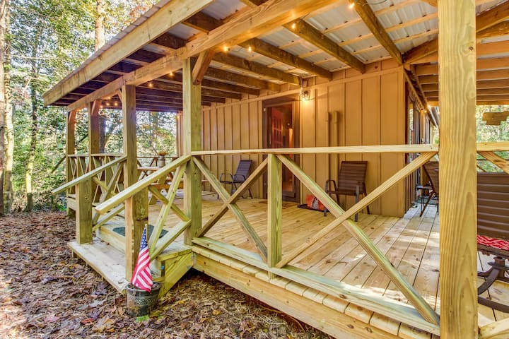 Quaint country cottage w/ wood stove, furnished porch, and firepit!