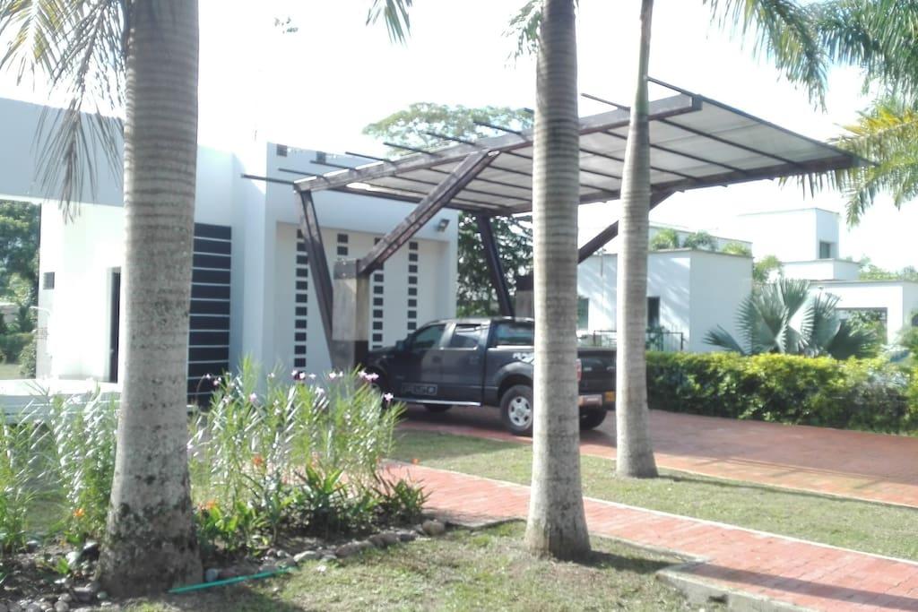 Amplio garaje para 4 vehículos