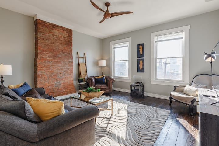 OTR Penthouse: Walk Everywhere & FREE Parking