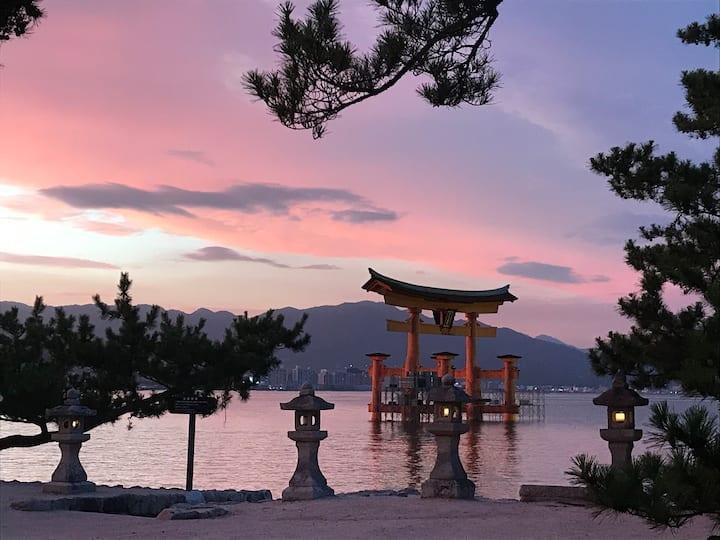 厳島神社まで3分、海沿いの一軒家。  宮島随一の眺望を誇る立地。広々とした部屋でゆっくり過ごせます。