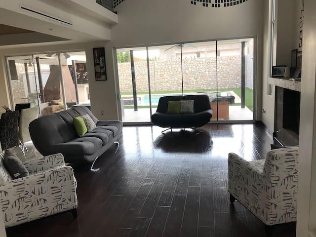 Casa residencial con alberca a 3 min del consulado