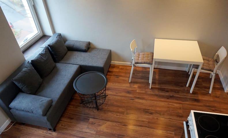 W salonie znajduje się rozkładana kanapa, na której mogą spać 2 osoby oraz stolik i 2-4 krzesła.