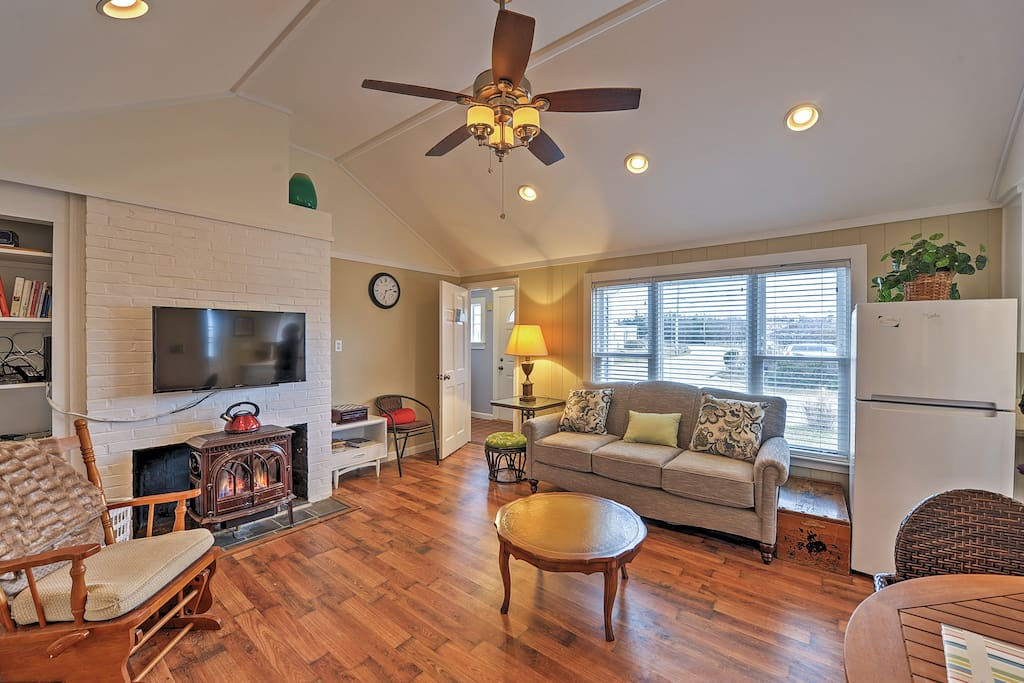 This 2 bedroom, 1 bathroom condo is ideal for 5 travelers!