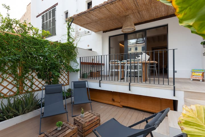 Santa Catalina flat with patio and private parking