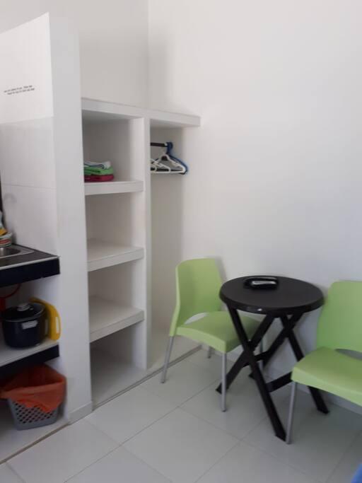 Mesa auxiliar para compartir alimentos. Posibilidad de adicionar más sillas.