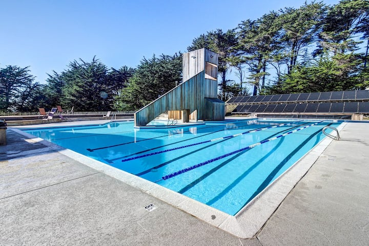 Dog-friendly cabin w/ocean view, private hot tub &  bbq, and access to pools!