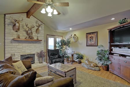 3BR Hill Country Lodge with Hot Tub - Dripping Springs - Σπίτι