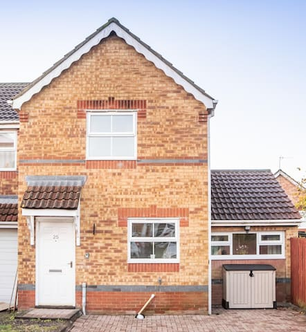 Beautiful 3 Bed House with Great Motorway Access, Close to City Centre
