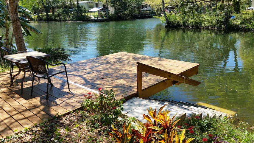 Last Resort  on Weeki Wachee River - Weeki Wachee - Huis