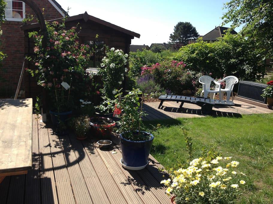 Diesen schönen Garten sehen Sie von Ihrem Balkon aus. Hier grillen wir auch.