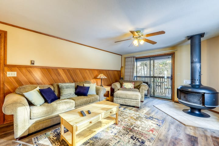 Inviting condo w/ a wood stove & shared tennis courts - near the lake!
