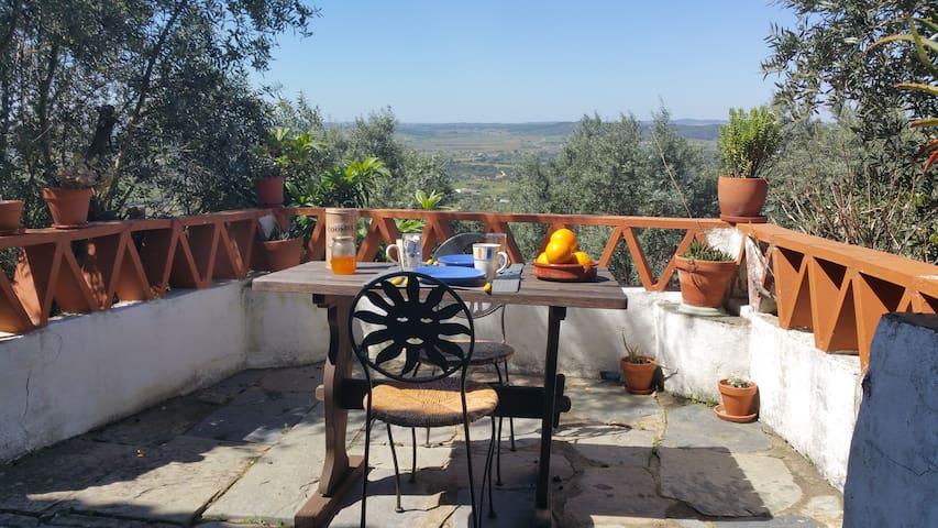 Tipical charming house inside the fortress of Monsaraz with incredible view - Maison de charme, dans la forteresse de Monsaraz avec vue imprenable - casa alentejana dentro de Monsaraz com vista espectácular
