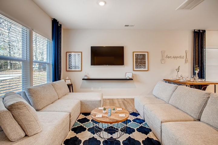 Brand New Stylish Sanitized - 10 Mins from Uptown