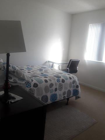 Cómoda y confortable habitación con ventana amplia y agradable vista.
