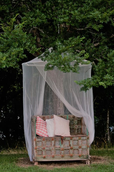 Bench seat with mosquito net! SUMMER SETTING