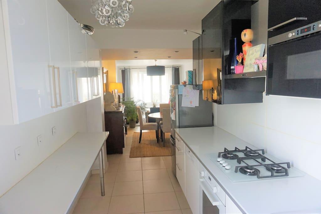 La cuisine se prolonge par la salle-à-manger et le salon