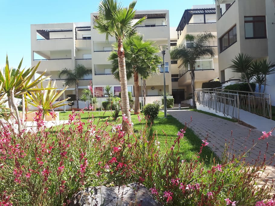 Vue Résidence : la résidence comporte des espaces verts et des jardins.